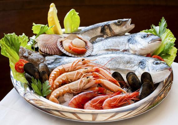 A tengeri halak, illetve a tenger gyümölcsei omega-3 zsírsav-tartalmuk mellett bővelkednek cinkben is. Ez az ásványi anyag pedig többek között ahhoz szükséges, hogy a 30. születésnapod elmúltával is ragyogó legyen a hajad, a bőröd szebb, a körmeid erősebbek legyenek. Tudj meg többet a cink hatásairól!