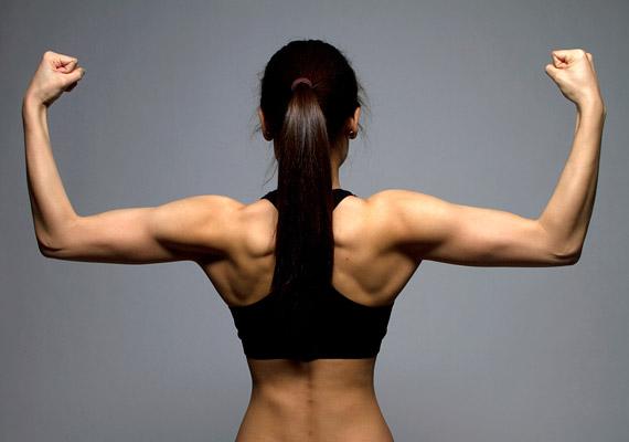 A görnyedt tartás és a hátfájás megelőzése szempontjából legfontosabb a hátizmok erősítése. Néhány otthon is végezhető gyakorlattal el is kezdheted az edzést, kattints korábbi cikkünkre, és nézd meg, mit ajánl a személyi edző.