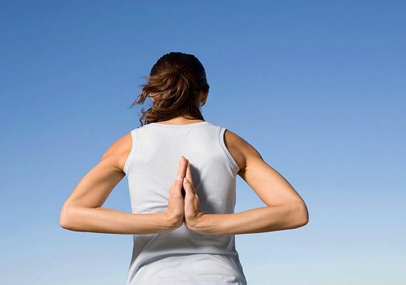 Bármilyen jóga jót tesz a tartásnak, de ha valami specifikusra vágysz, válaszd a gerincjógát, mely kifejezetten tested tartóoszlopára irányul - ily módon segít megszüntetni a hátfájást.