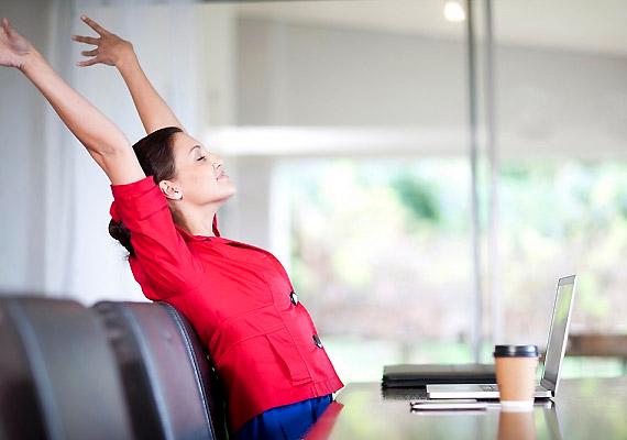 Ne felejts el nyújtózkodni munka közben! Ezt nemcsak a széken ülve teheted meg, hanem érdemes óránként egyszer felkelni, és elvégezni néhány nyújtógyakorlatot, hogy ne ugyanabban a görnyedt tartásban töltsd az egész napod.