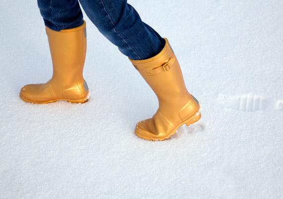A gumicsizma nagy előnye az átlagos női csizmákhoz képest, hogy nem ázik be esőben, hóban. Ugyanakkor a béleletlen változatok télen könnyen vezethetnek megfázásához, míg a bélelt gumicsizmák rosszul szellőznek, így egész napos viseletük megnöveli a lábgomba esélyét.