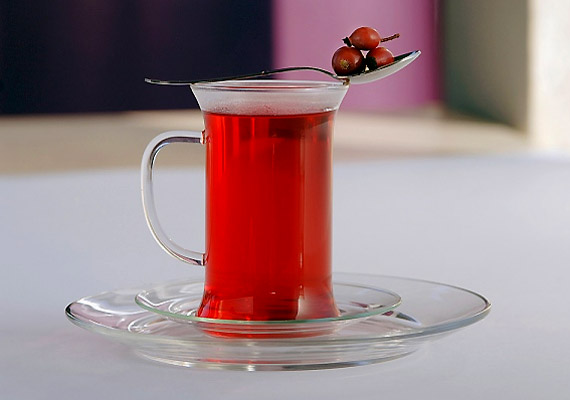 A csipkebogyó a savanyú káposztánál is gazdagabb C-vitamin-forrás. Nem mindegy azonban, hogyan készíted el a teáját: hidegen kell áztatni, ellenkező esetben elveszik a C-vitamin-tartalma.