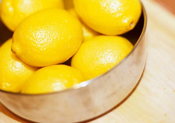 Citrom                         A citrom húsa tömve van C-vitaminnal, így a téli időszakban elengedhetetlen a fogyasztása, emellett pedig a szervezetben előforduló gyulladások, fertőzések leküzdésében is fontos szerepe lehet. Arra ügyelj, hogy mindig jó alaposan tisztítsd meg, ha a héját is fel akarod használni, hogy a különböző vegyi anyagoktól megszabadulj, és tényleg csak az egészséges részek jussanak a szervezetedbe.