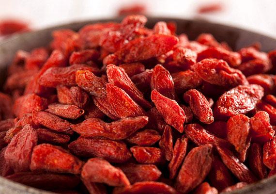 Goji bogyóA goji bogyó idehaza sajnos nem őshonos termény, de szerencsére aszalt vagy friss formában egyre több helyen megtalálható. Valódi szupertáplálék, ami tele van a szervezet számára fontos anyagokkal: 18 aminosavat, 21 nyomelemet, B1-, B2-, B6- és E-vitamint tartalmaz nagy mennyiségben, javítja a látást, gátolja az öregedést, szóval kész főnyeremény!
