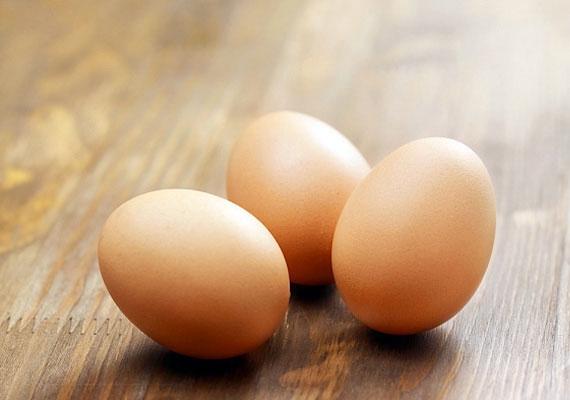 TojásA tojás az egyik legalapvetőbb hozzávaló a gyakorló háziasszonyok konyhájában, a tél beköszöntével pedig különösen érdemes gyakran fogyasztani, hiszen remek D-vitamin-forrás, arra pedig a szervezetnek télen van a legnagyobb szüksége, hiszen ilyenkor keveset süt a nap, és nem kapjuk meg a megfelelő mennyiséget ebből a fontos vitaminból. Ezen kívül A-, E- és B-vitaminokban is gazdag, fogyaszd hát rendszeresen!