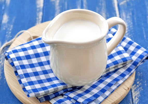 KalciumA szervezetben lévő kalcium jelentős része a csontozatban található, annak állapotáért felel, de több más funkciót is ellát. Szerepet játszik a véralvadásban, de például az ingerlékenység szabályozásában is. Napi 800 milligramm az ajánlott bevitel, tehát ennyit mindenképpen érdemes elfogyasztanod. A tej és a tejtermékek kiemelkedően magas kalciumtartalommal bírnak, de vitaminkészítmény formájában is pótolhatod ezt az anyagot.