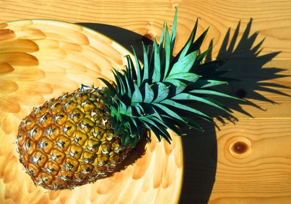 Ananászturmix  Az ananászból készült turmix látványnak sem utolsó, de áldásos hatásai nem állnak meg a vizuális élménynél. A benne található bromelain segít a szervezet megtisztításában, jótékony hatással van az emésztésre, ez pedig reggel különösen fontos. Ezek mellett a hatásai mellett pedig az idegeket is nyugtatja, így kiegyensúlyozottabbá is tesz rendszeres fogyasztása. Pár karika ananászt dobj a turmixgépbe, tégy mellé pár gerezd narancsot, egy kis vízzel hígítsd, és már készülhet is a turmix. A hatékonyságát egy kis szőlőmag hozzáadásával javíthatod.