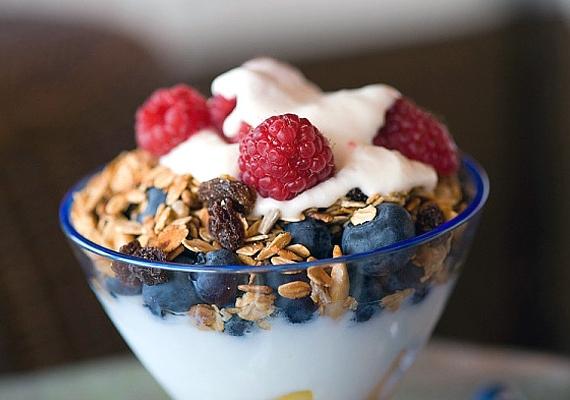A joghurt segíti az emésztést, ami nagyban meghatározza a bőr anyagcseréjét is. Hogy kiadósabb legyen, fogyaszthatod müzlivel és gyümölcsökkel is.
