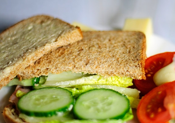 Készíts szendvicset barna kenyérből, és töltsd meg többféle zöldséggel! Az uborka és a paradicsom isantioxidáns hatású, vagyis semlegesítik a szabadgyököket.