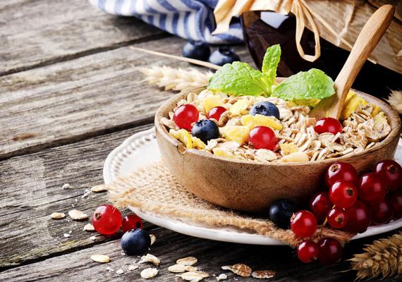 Ha gabonapehely-párti vagy, válaszd a teljes kiőrlésű, cukormentes változatokat. Pár deci tejjel - esetleg egy kevés gyümölccsel - dúsítva tökéletes energiát adó reggeli lehet, amely egyenletes vércukorszintet eredményez, így néhány óráig biztosan nem éhezel meg.