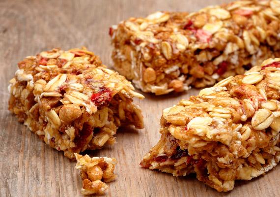 Ha rohanós a reggel, vagy éppen csak most szoktatod magad a reggelizéshez, próbáld ki a müzli- vagy gabonapehely-szeletet. A benne lévő magok, aszalt gyümölcsök energiát adnak, a zabpehely és más gabonafélék pedig segítik az anyagcserét. Lehetőleg olyan terméket válassz, melynek összetevői között nem szerepel a cukor, vagy csak sokadikként van feltüntetve - tehát keveset tartalmaz.