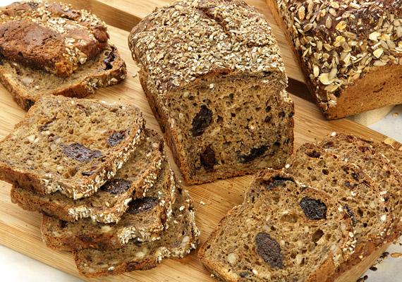 Ha kezdetben megelégszel csak egy kis változtatással, egyszerűen cseréld a reggeli szendvicsben a fehér kenyeret teljes kiőrlésűre. Számos olyan termék kapható már, melynek ízvilágát különféle magok, esetleg aszalt gyümölcsök teszik izgalmasabbá.