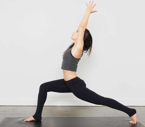 Serkenti a vér és az oxigén áramlását a testben az Ardha-csandrászana, vagyis félhold tartás, ami az anyagcsere felpörgetésén kívül a csípőt és a lábakat is nyújtja.