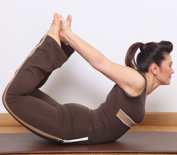 A leglassabban működő anyagcserét is feléleszti a Dhanurászana, vagyis íj állás. Ha ülőmunkát végzel, ez a póz a kedvenced lehet, mert nyújtja és lazítja a hátizmokat is.