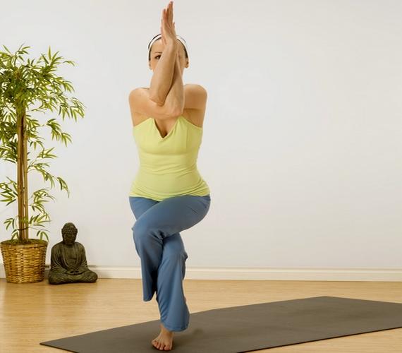 Ha gyakorlottabb jógázó vagy, nem okoz majd gondot a sas póz, vagyisGarudászana sem, amely könnyíti az emésztést, és az egész testet erősíti.