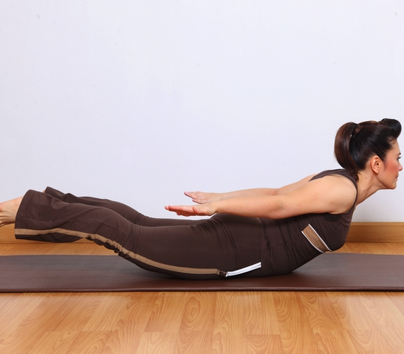 A sáska póz, vagy Salabhászana felfrissít és felpörget, azonnal jobban érzed magad utána. Nyújtja az alsó hátizmokat és a lábakat.