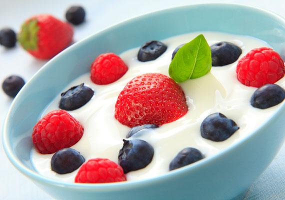 2 deciliter joghurttal szintén fedezhető a napi ajánlott beviteli mennyiség közel fele a gyerekeknél.