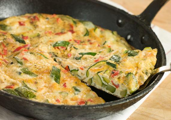 Zöldséges omlettA tojás magas fehérjetartalma biztosítja, hogy egy ilyen reggeli után jó darabig biztosan ne legyen éhségérzeted, a zöldségek pedig segítenek beindítani az anyagcserét. A legegészségesebb akkor lesz, ha zsiradékot egyáltalán nem, vagy csak kevés kókuszzsír formájában használsz, és a zöldségeket csak pár pillanatig párolod a tojáson, hogy még ressek maradjanak, megőrizve minél több jó tulajdonságukat.