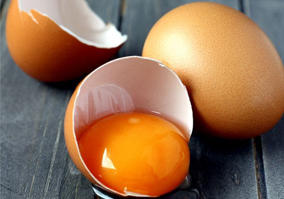 TojásNyáron elég, ha fél órát a napon töltesz, már meg is van a napi D-vitamin szükséglet, azonban télen ez nincs így. Az egyik leghasznosabb forrás a tojás sárgája, ami nyersen, vagy félig lágy formában tartalmazza a legtöbb D-vitamint, így télen érdemes a reggelidet ezzel kibővíteni.