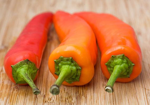 C-vitamin                         Szent-Györgyi Albertnek köszönhetően tudjuk, hogy a C-vitaminnal számtalan betegség kialakulását előzhetjük meg, és szerencsére ez olyan vitamin, amelyből bármennyit fogyaszthatsz, hiszen a felesleges részét a szervezeted egyszerűen kiüríti. Természetes formában leginkább a paprikában találhatod meg, a piros pritaminpaprika tartalmazza belőle a legtöbbet, de szinte minden zöldségben és gyümölcsben van valamennyi. A napi ajánlások széles skálán mozognak, 500-2000 milligramm között.