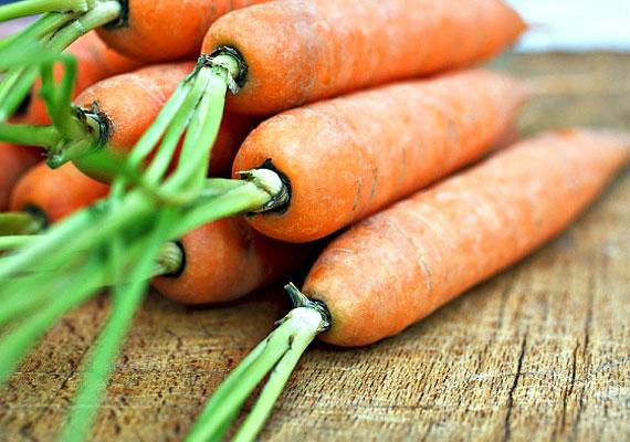 A-vitaminA szem vitaminjaként is ismert A-vitamin elsősorban a szem védelméért felel, ezen kívül fontos a csontnövekedés szempontjából, és kismamáknak is ajánlatos a rendszeres fogyasztása, mivel az embrionális fejlődésben is komoly szerepet játszhat. A zöldségek közül a sárgarépában található belőle a legtöbb, 100 gramm 12 milligramm A-vitamint tartalmaz, ez pedig a napi ajánlott bevitelt meg is haladja. Mivel A-vitamin esetén fennáll a túladagolás veszélye, figyelj oda, mit mivel eszel!