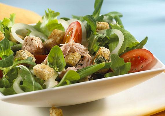 ZöldsalátaMivel a legtöbb zöldség, néhány idehaza nem jellemző fajtát leszámítva, segíthet a szervezet tisztításában, az egyik legjobb reggeli lehet, ha minél többet felvágsz, és egy tálba rendezve elfogyasztod őket. Hogy ne legyen olyan egyhangú, egy kis kefirrel vagy némi teljes kiőrlésű kenyérrel, illetve magvakkal feldobhatod.
