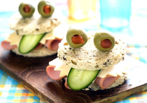 Mókás formájú szendvicsek                         Elsősorban a ráérős anyukák kedvenc megoldása lehet, ha gyermekük szendvicsét olyanra fazonírozzák, ami a gyereket megnevetteti, érdeklődését felkelti. Nemcsak majonézből varázsolhatsz arcot a szendvicsre, két pötty és egy görbe csík húzásával, hanem zöldségekből is kreálhatsz jópofa ennivalókat. A képen látható megoldás egészen biztosan minden gyerek kedvence lesz, próbáld ki, és meglátod! Minél több zöldséget használsz a szendvicshez, annál látványosabb lehet az uzsonna.