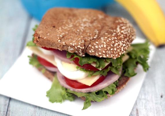 Szendvics színes összetevőkből                         Minél látványosabb a szendvics, a gyerek számára annál vonzóbb lesz, ez szinte biztos, így erre alapozva érdemes nekiállnod a napi elemózsia összeállításához. Ahhoz, hogy szép színes legyen a szendvics, minél több eltérő színű alapanyagból kell készítened, erre tökéletes megoldás lehet némi saláta, rukkola vagy madársaláta, néhány karika tojás és pár szelet paradicsom, és ha még belefér, akkor valamilyen felvágott és egy kis sajt is helyet kaphat két szelet teljes kiőrlésű kenyér között. Ez már igazán laktató étel egy kiskorú gyereknek, ha pedig a kedvenc ételesdobozába csomagolod, és valami gyümölcsöt is teszel mellé, igazán elégedett lesz a lurkó.