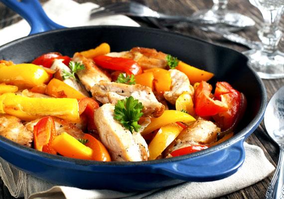 PritaminpaprikaMinden C-vitamin-forrás non plus ultrája a pritaminpaprika, amiből a piros változatból 100 gramm nyersen 142 milligrammot tartalmaz, de ha megfőzöd, még akkor is egész jó értéket mutat, ugyanez a mennyiség nagyjából 110 milligramm környékén marad. Ezért érdemes minél gyakrabban fogyasztanod, hirtelen megpirítva, nem órákig főzve, például néhány fűszer társaságában egy kis csirkemellel remek ebéd vagy vacsora lehet belőle.