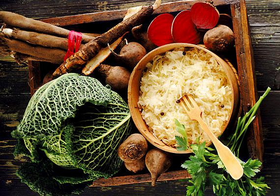 Savanyú káposztaUgyan a káposztát hagyományosan a sok C-vitamint tartalmazó zöldségek közt tartjuk számon, de az előzőekhez képest jóval kevesebbet tartalmaz ebből. Persze még így is hasznos vitaminforrás, a fejes káposzta 100 grammjában 20 milligramm C-vitamin található, ami a savanyítás során nagyrészt megmarad, a főzés során azonban veszít belőle valamennyit, de ha ügyelsz arra, hogy ne főzd túl, akkor még úgy is viszonylag sok vitamint hasznosíthatsz belőle.