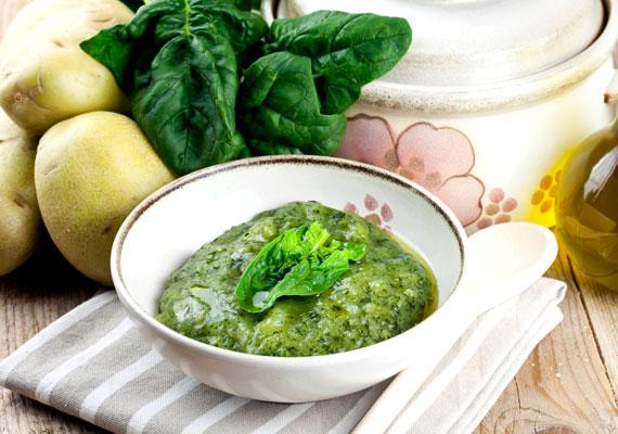 Spenót                         A friss, nyers spenót tömve van vitaminokkal, ezek közül hármat tartalmaz igazán nagymértékben, A-, C- és E-vitamint. Nyersen zöldségturmixokban vagy salátaként fogyaszthatod, így igazán nagy dózist kaphatsz ezekből a fontos vitaminokból. Ha főzve készíted el, akkor is megtart ezekből sokat, az E-vitamin zsírban oldódik, így a főzés során nem távozik el olyan sok belőle, mint például a vízben oldódó C-vitaminból.