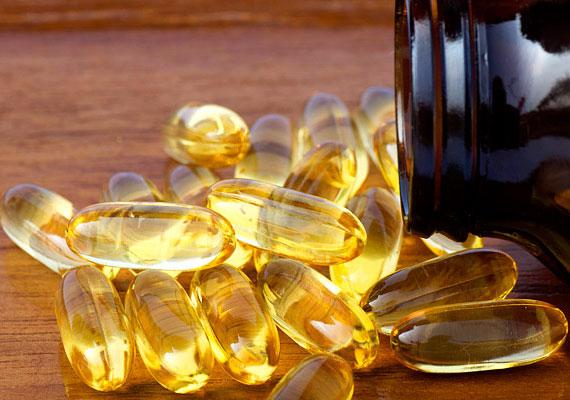 D-vitamin                         A napi D-vitamin-szükségletedet nyáron könnyedén beszerezheted, ha csak egy fél órát a napon töltesz, azonban télen kénytelenek vagyunk ezt a vitamint mesterségesen pótolni. A vitaminkészítményekben található mennyiségek általában megfelelnek a napi ajánlottnak, azonban ha nem figyelsz oda, és huzamosabb ideig szeded az ajánlott mennyiség többszörösét, az D-vitamin-túladagoláshoz vezethet, ami fejfájással, székrekedéssel vagy hasmenéssel járhat, hosszabb idő után pedig a csontozat és a vese károsodását is okozhatja.