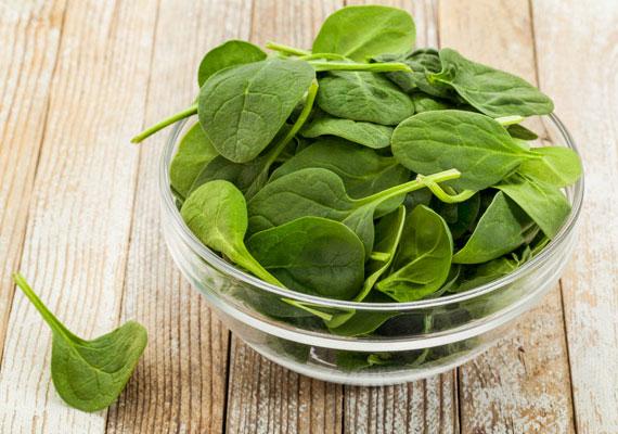 A spenót étvágycsökkentő hatású, egészséges zöldség. Rengeteg vasat tartalmaz, ami a vérképzés során elengedhetetlen. Nyersen és párolva is kiváló, salátába, szendvicsre vagy éppen turmixba.