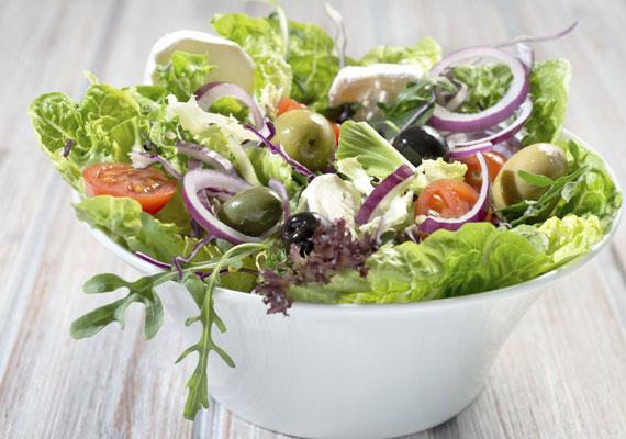 A nyers saláta nem tartozik a klasszikus reggeli ételek közé, ám érdemes tenni egy próbát, hiszen a legtisztább formában így vehetjük magunkhoz a zöldségeket. A salátát érdemes feldobni magvakkal, amikben sok a vitamin és a kalcium.