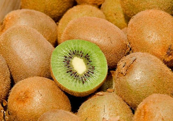100 g kivi nagyjából 100 mg C-vitamint tartalmaz. Az októbertől már kapható déligyümölcsöt elsősorban gyümölcssalátákhoz adva, illetve önmagában fogyaszthatod. Akár diétát és építhetsz rá!