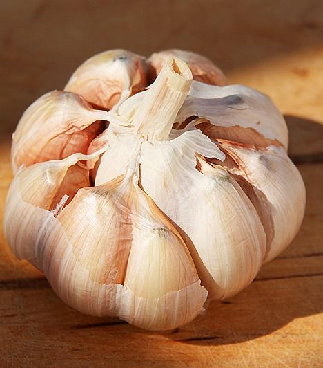 Fokhagyma Készíts fokhagymalevet néhány átpréselt fokhagymából, majd 1:10 arányban hígítsd desztillált vízzel. Ebbe az oldatba márts vattát, és éjszakára rögzítsd a körmödre, ha gombás fertőzéssel küzdesz.Kapcsolódó cikk: A 3 leghatékonyabb fűszernövény Candida ellen »