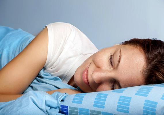A reggeli lehelet szempontjából az sem mindegy, hogyan alszol, ha például a hátadon, az fokozhatja a horkolás valószínűségét, amitől kiszáradhat a száj, ezáltal pedig kellemetlenebbé válhat a lehelet reggel. Ugyanez igaz akkor is, ha rendszerint a szádon át veszed a levegőt: ha csak megszokás kérdése, érdemes lehet gyakorolni az orrlégzést, ha azonban más ok, például orrsövényferdülés áll a háttérben, célszerű fül-orr-gégésszel konzultálnod, ugyanis ez számos további kellemetlenséget is okozhat.