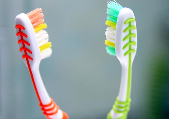 Alapvető, hogy a megfelelő szájhigiéniának, a fogak és a szájüreg állapotának, illetve az esti fogmosásnak komoly szerepe van abban, hogy milyen lesz a reggeli lehelet, fontos azonban, hogy ne csak fogat moss este, de lehetőleg használj fogselymet, illetve nyelvtisztítót is. Hatékony lehet az is, ha elektromos fogkefére váltasz.
