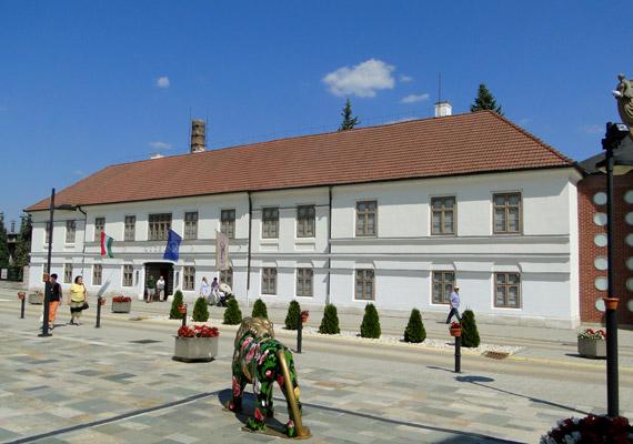 2013-ban a legtöbb kiváló minősítést kapott város a Közép-dunántúli Környezetvédelmi és Természetvédelmi Felügyelőség alá tartozik, így Balatonfűzfő és Zirc mellett Herend is. A képen a Herendi Porcelánmúzeum épületét láthatod.
