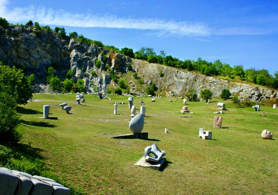 A Siklósi kistérségéhez tartozó Nagyharsány, köszönhetően a kiváló fekvésének - a Villányi-hegység déli lejtőjén foglal helyet - kiváló minősítést kapott, oxigéndús levegővel büszkélkedhet. A képen a Nagyharsányi Szoborpark látható.
