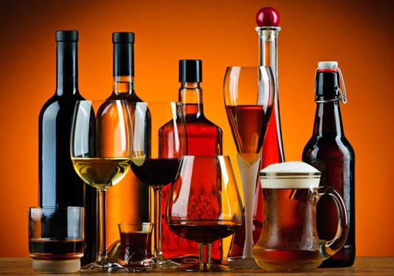 Alkoholos italokA házi pálinka időről időre előkerül mint torokfájást gyógyító, házi csodaszer, az igazság azonban az, hogy pontosan ugyanannyira hasznos a probléma ellen, mint bármely más alkohol, azaz semennyire. 70 fok alatt ugyanis nem rendelkezik olyan hatással, ami felgyorsítaná a gyógyulást, egyes gyógyszerekkel viszont akár veszélyes is lehet együtt fogyasztani.
