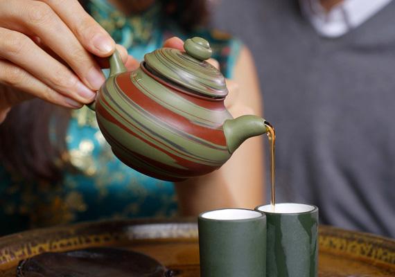 Forró teaA meleg italok, különösen a tea is ott szerepel a torokfájásra alkalmazott otthoni gyógymódok listáján, nagyon forró fogyasztását azonban érdemes inkább elkerülni. A magas hőmérséklet ugyanis károsíthatja a szöveteket, ezzel komoly gondokat előidézve.