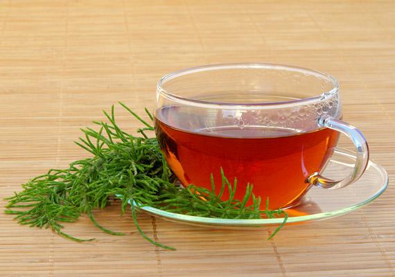 A mezei zsurló - Equisetum arvense - teáját gyulladáscsökkentő hatása miatt elsősorban gargalizásra ajánlják. Egy csésze teához forráz le egy púpozott teáskanál szárított mezei zsurlót, hagyd állni pár percig, majd öblítsd át vele a szájüreget és a torkot.