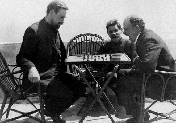 A szovjet-orosz tanár, közgazdász, orvos Alekszandr Bogdanov (1873-1928), a vértranszfúzió úttörője 11 vérátömlesztést hajtott végre magán, ugyanis hite szerint ez lehetett volna az örök fiatalság titka. A 12-dikbe azonban belehalt. Az 1908-ban készült fotón Leninnel sakkozik.