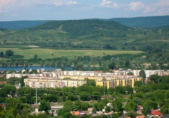 Az egyetlen magyarországi város, amely az összesített értékelésben erősen szennyezett minősítést kapott, Dorog. A dorogi medencében a szálló por határétéket meghaladó mennyisége elsősorban három nagyvállalat - Holcim, Zoltek, Dorogi Erőmű - működésének köszönhető. A térségben ezek felelnek a teljes ipari nitrogén-oxid-, szén-monoxid-, kén-dioxid-kibocsátás több mint 95%-áért.
