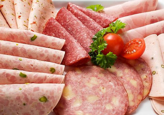 A végbélrák kialakulása és a feldolgozott húsipari termékek - például a virsli, a sonka, a kolbászfélék, a felvágottak, a húskonzervek és a húsalapú szószok - fogyasztása közötti kapcsolat egyértelmű, és valószínűsíthető a vörös húsok fogyasztása esetén is - állítják a WHO szakértői, akik a vörös húsok közé sorolják a sertést, a marhát, a borjút, a bárányt, a birkát, a lovat és a kecskét. Olvasd el a WHO közleményét!