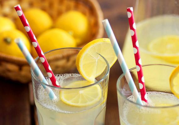 A citromlé nem csak az emésztést segíti, illetve C-vitamint pótol. Ha ebéd után megiszol egy pohár citromos vizet, a gyümölcs savas pH-jának köszönhetően lassul a gyomor kiürülése, ez pedig stabilabbá teszi a vércukorszintet. Korábbi cikkünkből azt is megtudhatod, miért érdemes egy pohár citromos meleg vízzel indítani a napod!
