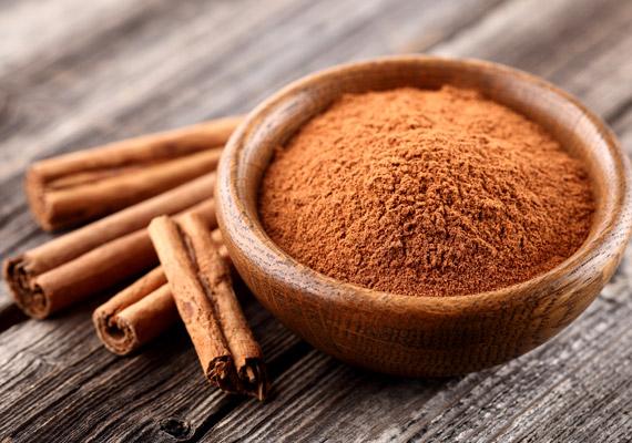 Fahéjjal ízesítheted akár az ebéd utáni kávédat, akár a reggeli zabkásádat. A fahéjban lévő polifenol - MHPC - javítja az inzulinfunkciót. Nem kell belőle sokat fogyasztani, már napi fél teáskanálnyi mennyiség is eredményt hoz. Ráadásul nemcsak az vércukorszintet, de a szervezet összkoleszterinszintjét is csökkenti, továbbá gátolja a vérrögképződést. Tudj meg többet a napi limitről!