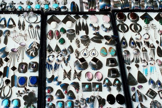 A nagyon olcsó, fém fülbevalók bizonyos típusai tartalmazhatnak ólmot, mely a szervezetre nézve számos káros hatással bírhat, többek között veszélyes lehet a májra, illetve a vesékre nézve is.