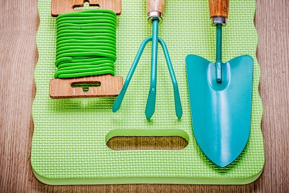 A kerti térdeplőpárna a kertészkedés során a térdet hivatott védeni, sokkal egészségesebb azonban, ha egy régi párnát vagy egy összegöngyölt törölközőt használsz, előbbi ugyanis általában PVC-ből készül, melynek lágyítására például ftalátokat is használnak, ezen tulajdonsága révén pedig káros, illetve karcinogén hatású, rákkeltő is lehet az emberi szervezetre nézve. Bár a káros hatás a gyártás során érvényesül a leginkább, egy új termékből a veszélyes vegyületek könnyen a levegőbe juthatnak.